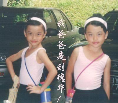 两个双胞胎姐妹看上去十分清秀,颇有妈妈朱丽倩年轻时的味道,据了解