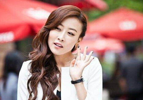 在深圳合租记中演员毛俊杰饰演了猎头公司的性感美女