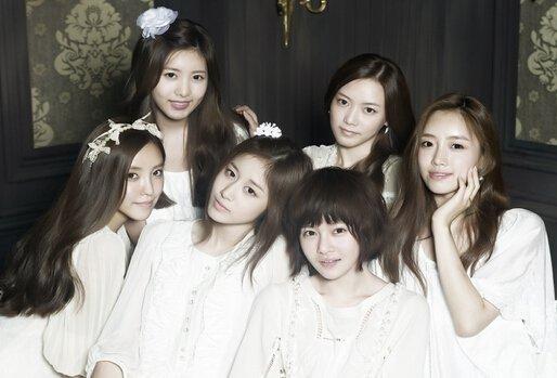 韩国推出的很多歌手偶像团体组合,都备受粉丝们的喜欢和追捧。韩国的美女组合Tara由几名不同的成员组成,发行的专辑和演唱的歌曲都拥有超高的人气,以下分享一下韩国组合tara资料和演唱的歌曲有哪些。  tara是韩国的一个流行歌手偶像组合,tara组合在2009年的7月份正式以6人组合出道,出道之后队长和成员都有过变化。  tara组合的现任成员由全宝蓝、李居丽、朴孝敏、含恩静、朴智妍、朴素妍6人组成,组合自出道之后,发行了很多的专辑。  Tara组合自出道之后,队长先后变化了好几次,有五任队长,分别是含恩静