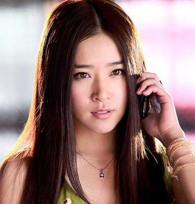 阚清子是中国著名的电视剧演员,阚清子毕业于北京电影学院2010年因为拍摄电视剧娘妻从而正式出道,阚清子出到之后十分的幸运因为接拍新还珠格格中的欣荣公主名声大噪,下面我们就一起来看看阚清子个人资料和近况和吻戏剧照 阚清子的电视剧  阚清子出演的电视剧很多,其中《苍穹之昴》《红楼梦》《无懈可击之美女如云》《新还珠格格》等比较出名  其实阚清子出道不过短短三年时间但是已经拍摄大量的脍炙人口的电视剧了尤其是《京华烟云》让阚清子的演技得到提升  阚清子出生在哈尔滨,因为从小就十分的喜欢舞蹈,所以靠着自己的才艺进入到