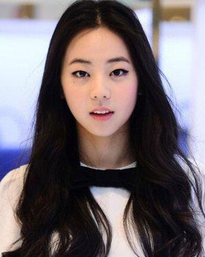 美丽俏佳人本兮素颜照丑吗 本兮是中国著名的歌手,十五岁的时候就