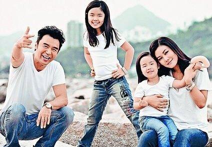 2014年在巴厘岛举行了婚礼,婚后生有两个女儿,范姜陪伴着钟镇涛度过了