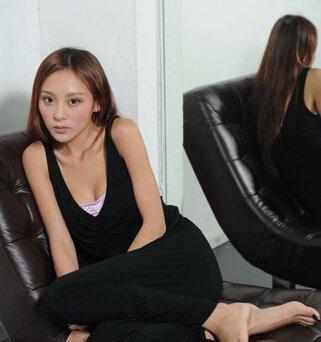 香港女演员兼模特何佩瑜,在2007年的时候参加选美比赛获得冠军,之后作为艺人出道演艺圈中,近两年在不少的电影中有大胆的演出,被称为是性感女神,以下分享一下何佩瑜个人资料/近况图片 何佩瑜男友是谁。  何佩瑜1989年出生于北京,身高171cm,在不到十岁的时候随父母移居香港,是香港的一个演员兼模特。  2007年何佩瑜参加第二届亚洲游戏展小姐竞选获得了冠军,原先是新8模之一,也是明星周秀娜的师妹,参加过《美少女厨神》。  何佩瑜2010年客串电影出道演艺圈中,2011年参演电影《喜爱夜蒲》,之后因为在其中