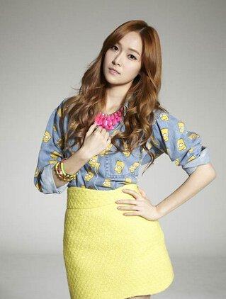 郑秀妍在2000年与母亲妹妹在逛街的时候被sm公司的星探发掘,之后成为