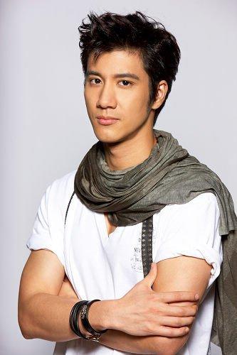 NO2王力宏 作为流行音乐歌手的王力宏可谓是十几年人气不减,就连相貌也是越来越帅,让无数的粉丝痴迷呢。
