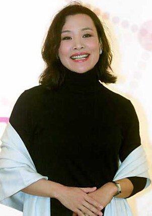 陈冲是一个实力派的华裔女演员,凭借出色的演技多次获得演员奖项,曾经被选为世界上最美的50人之一,担任过很多国际电影节的评委,以下分享一下陈冲个人资料/近况 陈冲有几个女儿。  陈冲1961年出生于上海,身高165cm,毕业于上海外国语学院,是一个电影演员、导演兼编剧。  陈冲从七十年代开始参演了很多部经典的电影和电视剧作品,饰演的不少角色都受到了业内人士和奖项的认可。  1997年陈冲执导影片《天浴》拥有了导演的身份,天浴获得了台湾电影金马奖的最佳影片,导演实力也被认可。  陈冲多次被评为市全世界最美的5