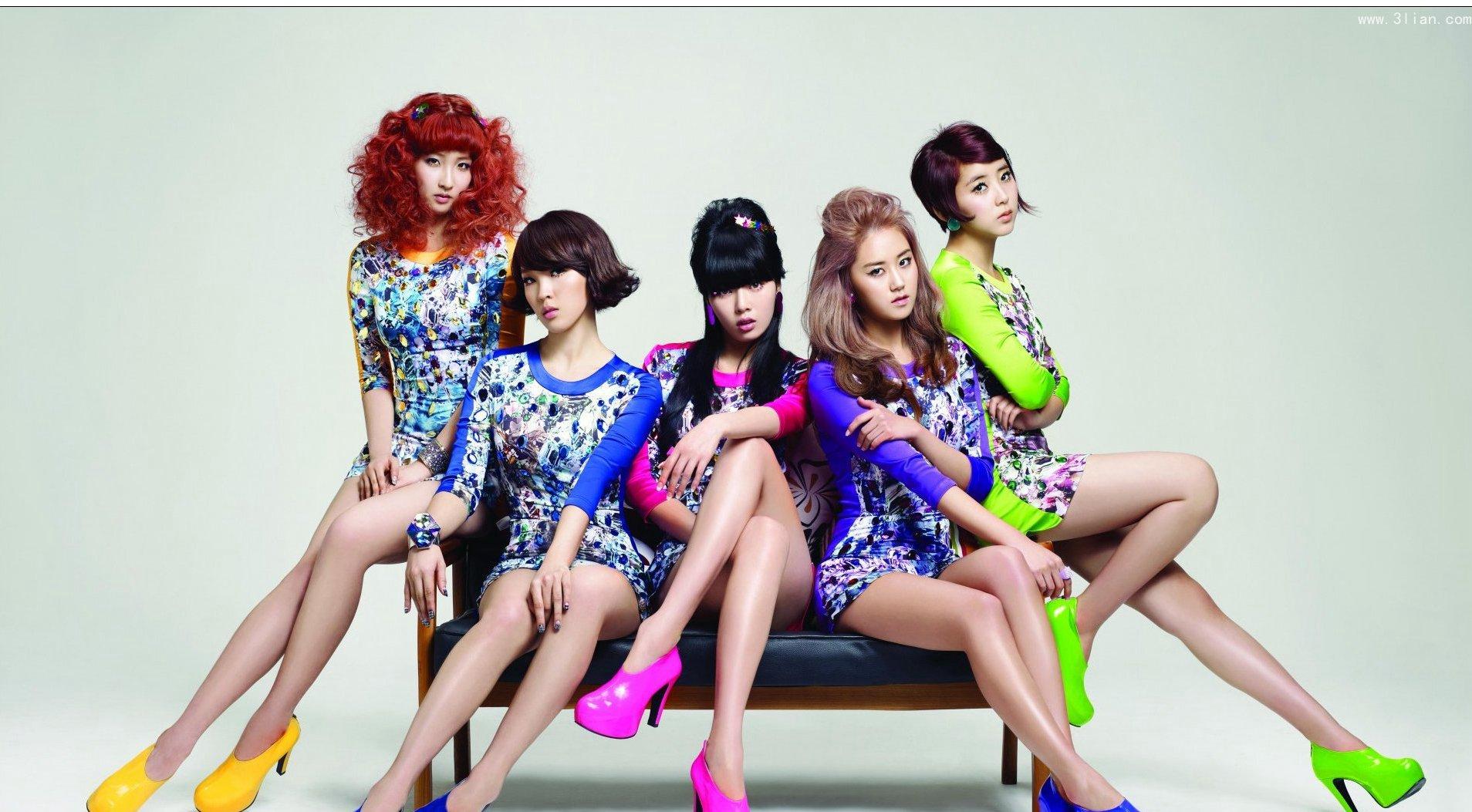 在韩国众多的女生当中,你是否会已经看到眼花缭乱了呢,而这样万花怒放的韩国娱乐圈中,韩国女子组合争宠也已经是常见的事了,到底韩国女子组合有哪里,韩国女子组合排名在大众心目中是怎么样的,立刻来看一下这些养眼的韩国女子组合都有怎样的魅力去征服亚洲男生们的吧!  少女时代这一韩国女子组合是迄今为止,韩国史上合体最久的韩国女子组合,九个女生身怀绝技,从出道刚开始,唱片销量就一直居高不下。  F(x)更倾向于一种雷鬼风的感觉,四个女生所组成的韩国女子组合,每一位都十分有名,在舞蹈还有风格设计上都倾向于活泼热情的质感。