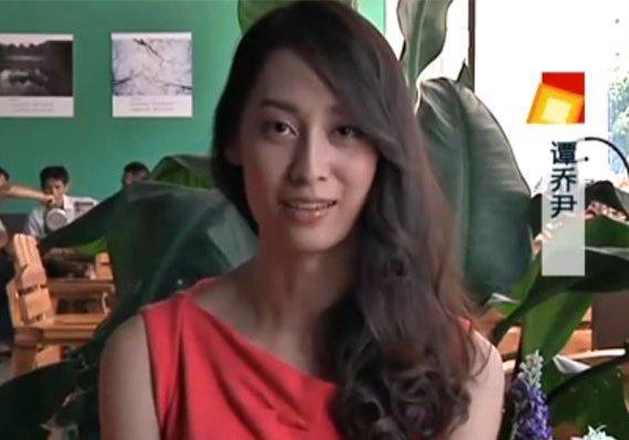 谭乔尹的同学发出了谭乔尹的素颜照,在阳光下,纯净的谭乔尹不仅拥有高