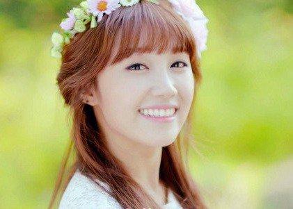长相可爱甜美的郑恩地,在韩国的整容大潮里面,也被质疑了,但是郑恩地