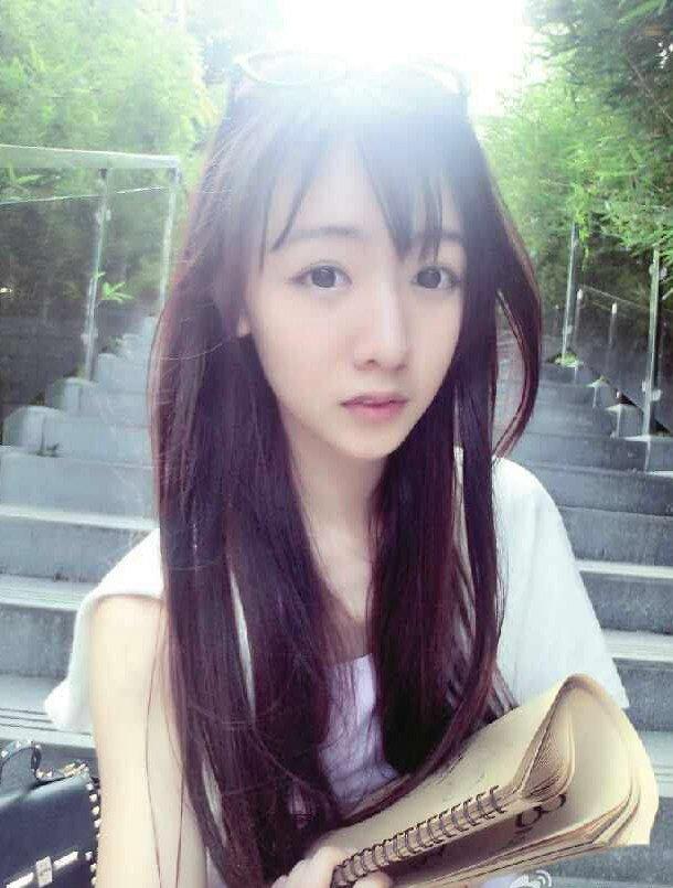 刘木子是在92年出生的美女演员,作为歌手的刘木子,是在深圳大学传播学院新闻系毕业的学生,自从在2012年的时候,成为了网络红人之后,刘木子就因为七朵组合中的小朵正式出道了,刘木子也在出演的多部电视剧还有电影中获得了不错的口碑,不过刘木子还是以播音主持为专业,还有发展方向,所以刘木子都是以主持节目为主的哦!  刘木子是在深圳大学毕业的学生,作为传播学院播音系毕业的刘木子,梦想就是想要成为一位知名的主持人,现在刘木子实现了这个梦想。  在2012年的时候,刘木子以组合七朵组合中的小朵成功出道,刘木子在宣传片《