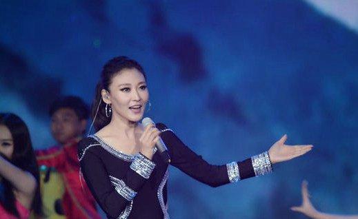 徐千雅是极具爆发力的女歌手,在2005年,徐千雅就因为参加了A8原创中国年度颁奖典礼之后,徐千雅因为歌曲《彩云之南》夺得了年度金曲,最佳原创女歌手奖等多个奖项了,徐千雅作为创作歌手的徐千雅,红遍了大江南北的徐千雅,甚至还因此发行了多张专辑,徐千雅也因此登山了春晚还有各种大型晚会的舞台,徐千雅作为知名女歌手正在爆红中。  徐千雅从2005年开始就已经走红了,那时候没有人不认识徐千雅,因为徐千雅演唱了歌曲《彩云之南》,徐千雅也因此尝到了小有名气的滋味。  徐千雅所演唱的歌曲《彩云之南》不仅成为了原创歌曲榜的榜