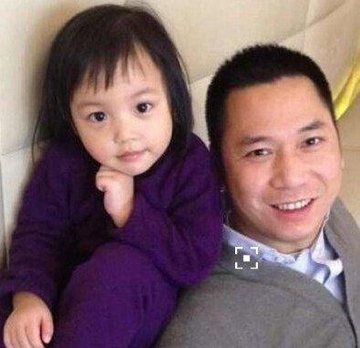 赵薇的女儿叫做小四月,虽然现在仅仅只有三岁,但是却十分的可爱,而且
