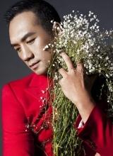 黄觉时尚写真曝光 红色西装与花争艳