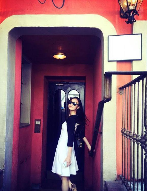倪妮一组纽约墨镜街拍 俏皮可爱享受悠闲时光(3)